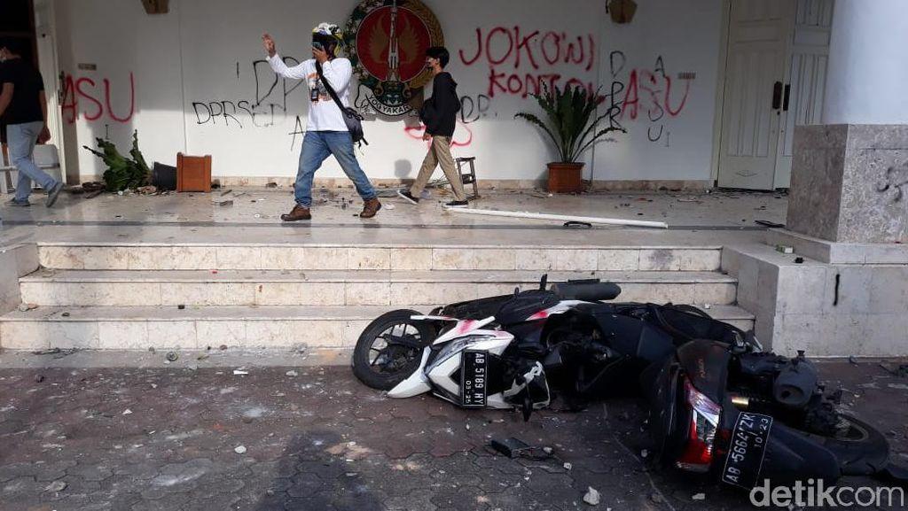 Demo UU Cipta Kerja di DPRD DIY Ricuh, Fasilitas-Mobil Polisi Rusak