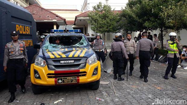 Massa aksi tolak Omnibus Law UU Cipta Kerja yang ricuh di kantor DPRD DIY mengakibatkan sejumlah fasilitas rusak. Tembok DPRD tampak dicoret-coret, bahkan sejumlah mobil mengalami kaca pecah.