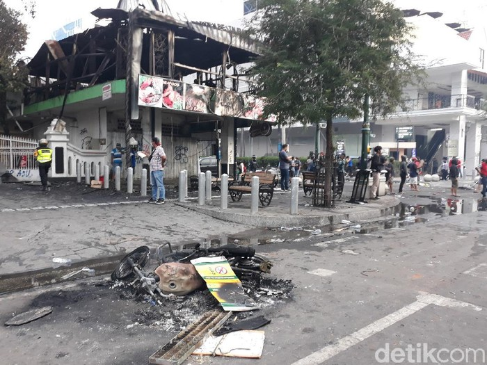 Suasana terkini Jalan Malioboro, Kota Yogyakarta, usai demo tolak Omnibus Law di depan DPRD DIY, Kamis (8/10/2020).
