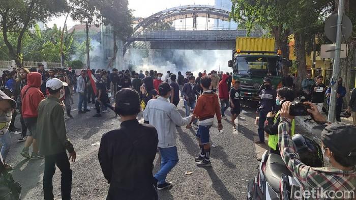 Tembakan gas air mata hujani pendemo di depan gedung grahadi
