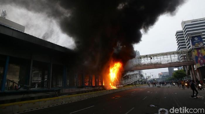 Fasilitas umum menjadi sasaran amuk massa. Salah satunya halte TransJakarta HI dan Sarinah. Berikut foto-foto suasana terkininya.