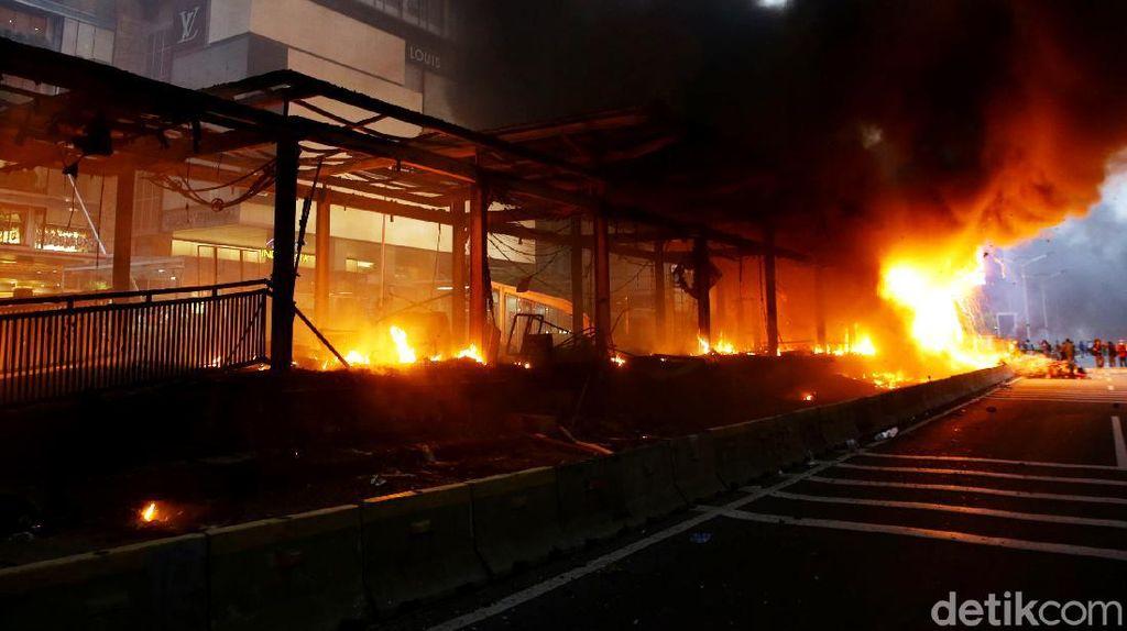 Terkini! Foto-foto Halte TransJ HI-Sarinah yang Dibakar Massa