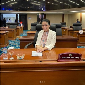 7 Gaya Tina Toon, Anggota DPRD yang Jawab Tudingan Cuma Bisa Selfie