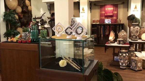 Pangkalpinang punya destinasi wisata baru, namanya Tins Gallery dan Boutique Resto. Destinasi yang terletak di pusat kota itu beralamat di Jalan Sudirman, Kota Pangkalpinang, Pulau Bangka.