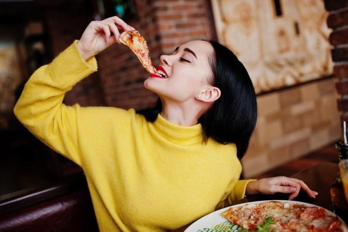 Ini 5 Tips Aman Pakai dan Lepas Masker saat Makan di Restoran