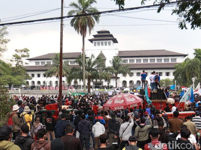 Ribuan buruh dan mahasiswa sudah memenuhi Gedung Sate untuk melakukan aksi penolakan Omnibus Law Cipta Kerja.