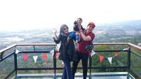Foto Tommy dan keluarga sedang liburan itu diunggah pada tiga hari lalu. Foto itu menunjukkan lokasi di HeHa Sky View. (Instagram Tommy Kurniawan)