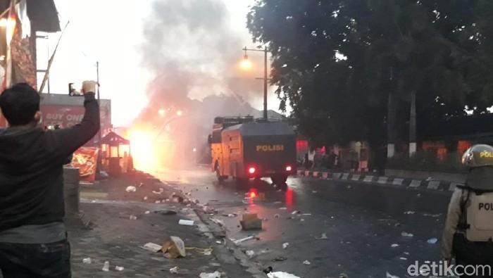 Truk Satpol PP dibakar massa demo Omnibus Law di Bundaran Tugu Kartasura, Sukoharjo, Kamis (8/10/2020).