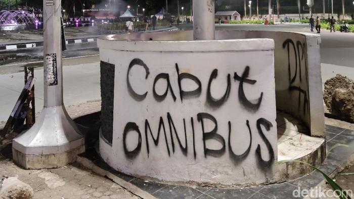 Massa aksi yang melakukan demo menolak omnibus law meninggalkan jejak-jejak vandalisme di kawasan Bundaran HI, Jakarta Pusat.