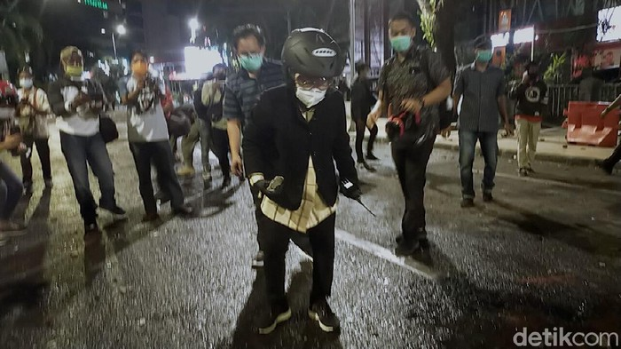 Setelah massa tolak Omnibus Law dipukul mundur polisi, Wali Kota Surabaya Tri Rismaharini turun ke lokasi kericuhan. Ia membersihkan sampah.