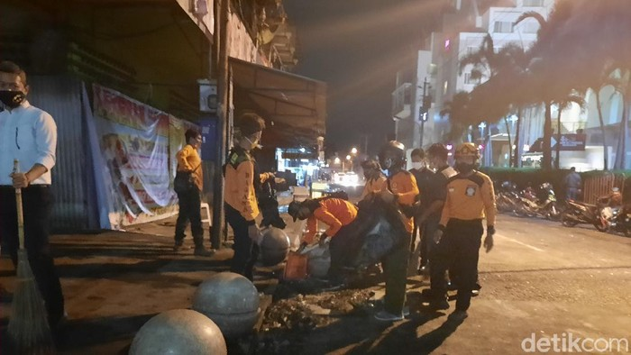 Warga gotong royong membersihkan Malioboro usai demo ricuh tolak Omnibus Law, Kamis (8/10/2020).
