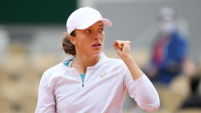 PARIS, FRANCE - OCTOBER 08: Iga Swiatek of Poland celebrates after winning a point during her Womens Singles semifinals match against Nadia Podoroska of Argentina on day twelve of the 2020 French Open at Roland Garros on October 08, 2020 in Paris, France. (Photo by Shaun Botterill/Getty Images)