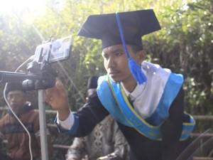 Kisah Perjuangan Wisuda Online, Mahasiswa Ini Naik Bukit Demi Cari Sinyal