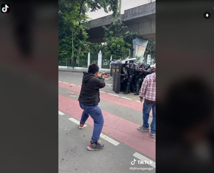 Aksi Kocak Mahasiswa Demo Omnibus Law