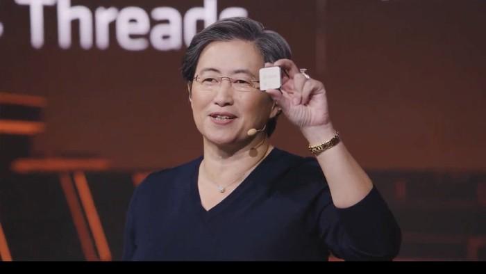CEO AMD Lisa Su memamerkan AMD Ryzen 5000.