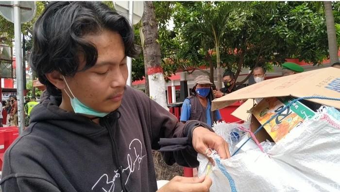 Ari, Kumpulkan Teman Buat Bersihkan Sampah Demo Omnibus Law