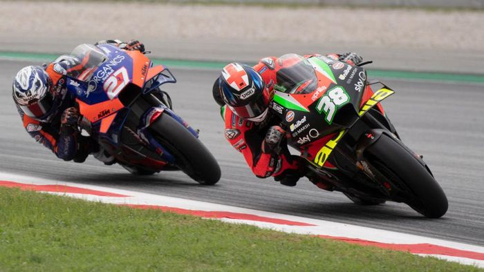 BARCELONA, SPAIN - SEPTEMBER 27: Bradley Smith of Great Britain and Aprilia Racing Team leads Iker Lecuona of Spanish and Team KTM Tech 3 during the MotoGP race during the MotoGP of Catalunya: Race during the MotoGP of Catalunya at Circuit de Barcelona-Catalunya on September 27, 2020 in Barcelona, Spain. (Photo by Mirco Lazzari gp/Getty Images)