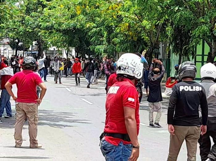 Demo Omnibus Law di Brebes diwarnai kericuhan dan gas air mata, Jumat (9/10/2020).