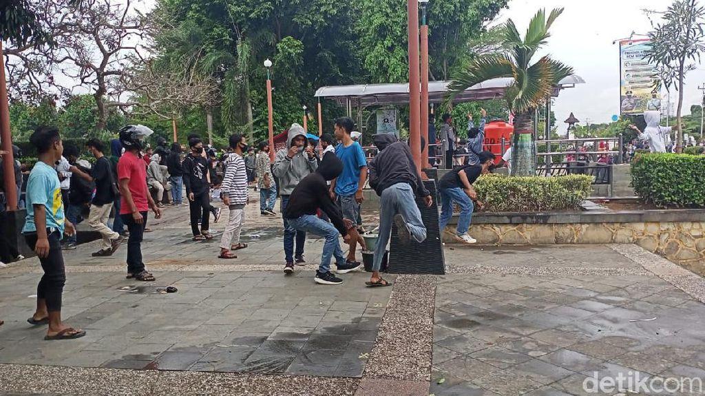 Aksi Tolak UU Omnibus Law di Kebumen Diwarnai Lemparan Batu