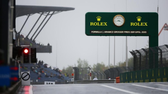 NUERBURG, GERMANY - OCTOBER 09: The pitlane exit light shows red during a weather delayed FP2 during practice ahead of the F1 Eifel Grand Prix at Nuerburgring on October 09, 2020 in Nuerburg, Germany. (Photo by Peter Fox/Getty Images)