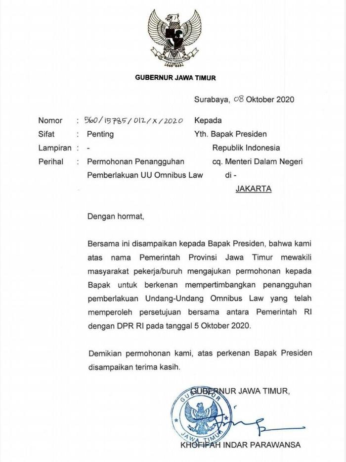 Gubernur Jawa Timur Khofifah Indar Parawansa memenuhi tuntutan buruh, yang demo menolak Omnibus Law UU Cipta Kerja pada Kamis (8/10). Ia mengirim surat ke Presiden RI Joko Widodo, meminta UU Cipta Kerja ditangguhkan.