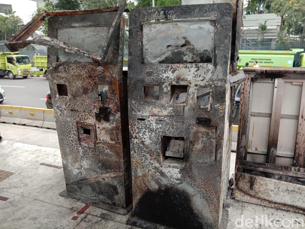 Halte TransJakarta Dirusak Massa Demo Tolak Omnibus Law