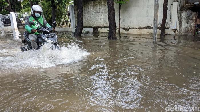 Sebuah kawasan mewah di Jl Hang Jebat, Jakarta Selatan, terendam banjir, Jumat (9/10/2020). Banjir ini disebabkan meluapnya anak sungai akibat hujan deras.
