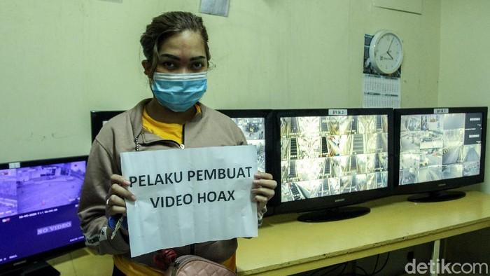 Sebuah video kepanikan karyawan di ITC Roxy Mas, Jakarta, viral dan dinarasikan kejadian penjarahan massa. Video itu direkam oleh oknum SPG yang bekerja di sana