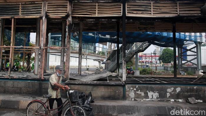 Halte Central TransJakarta Senen turut dibakar massa pendemo tolak omnibus law UU Cipta Kerja, tadi malam. Situasi di halte pun kini rusak dan tidak bisa digunakan.