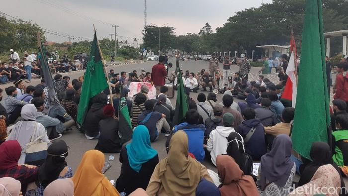 Mahasiswa Desak Gubernur Banten