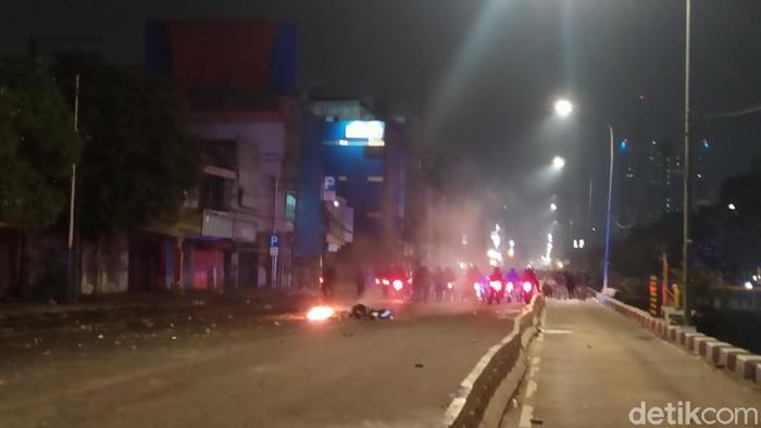 Massa bertahan di Jalan Gajah Mada, Jakbar, dan melemparkan batu. Polisi melepaskan gas air mata (Luqman N Arun/detikcom)