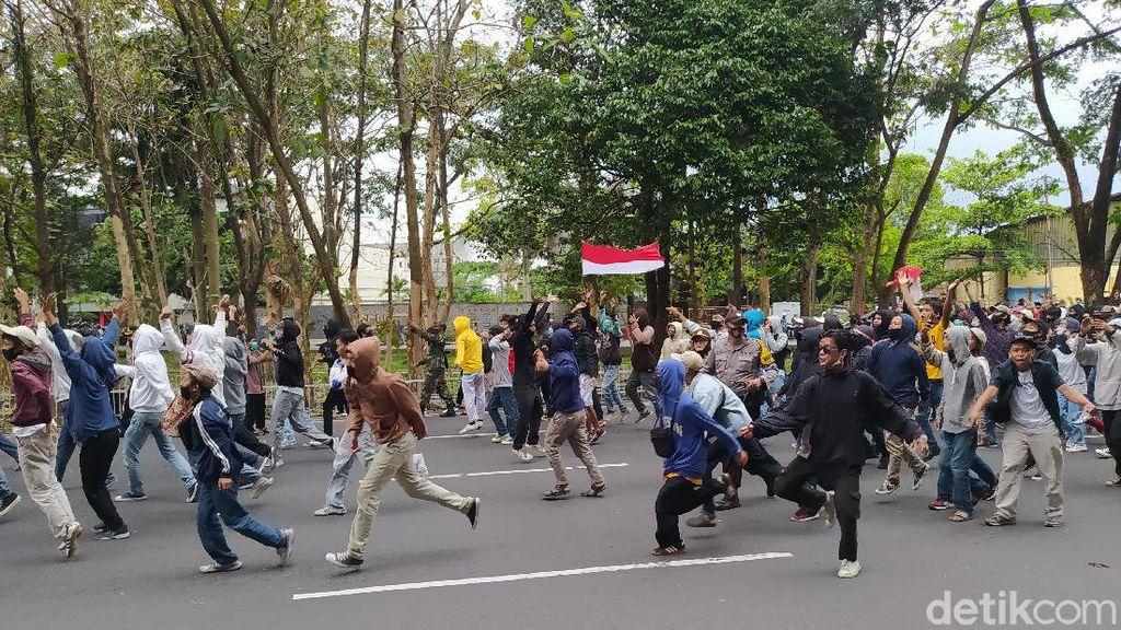 Demo Omnibus Law di Magelang Diwarnai Lemparan-Gas Air Mata