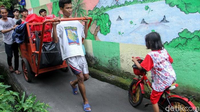 Sejumlah warga di kawasan Duri Selatan, Jakbar, mendapat bantuan sembako Presiden. Sembako disalurkan dengan menggunakan gerobak
