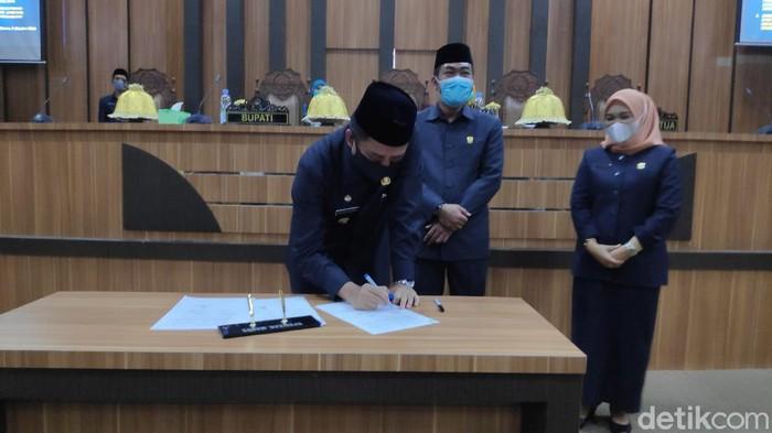 Pemkab bersama DPRD Maros menandatangani kesepakatan bersama raperda tentang penerapan disiplin dan penegakan hukum protokol kesehatan untuk mencegah COVID-19. (M Bakrie/detikcom)