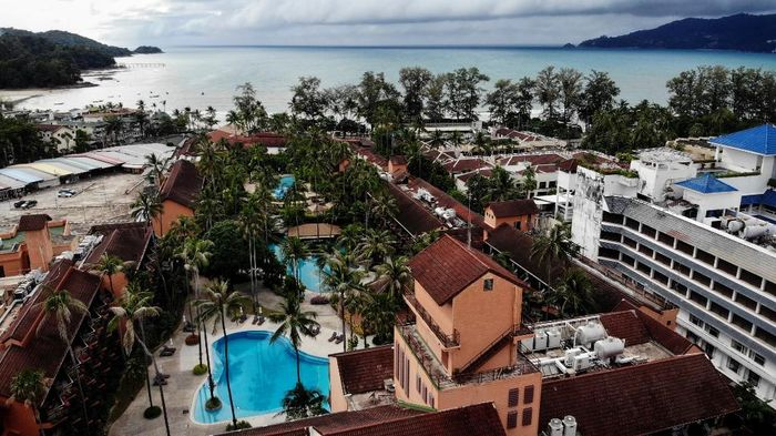 Pandemi COVID-19 berdampak pada aktivitas di kawasan Phuket, Thailand. Kawasan yang biasa ramai wisatawan itu tampak sepi bak kota hantu.