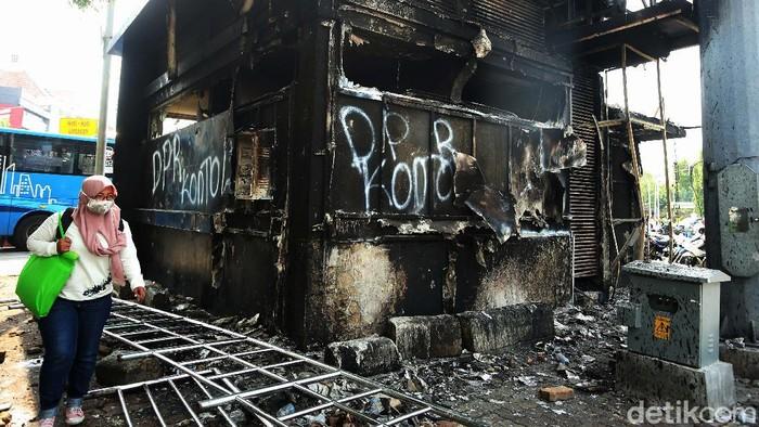Pos polisi di Simpang Harmoni, Jakarta Pusat, hangus dibakar massa pendemo kemarin. Begini kondisi terkininya, Jumat (09/10/2020).
