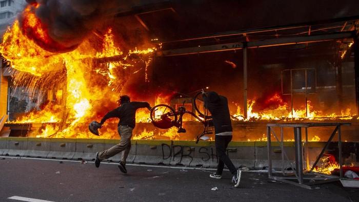 Halte TransJakarta Bundaran Hotel Indonesia (HI) dibakar massa. Padahal halte yang berada tepat di atas Stasiun MRT ini baru diresmikan tahun lalu.