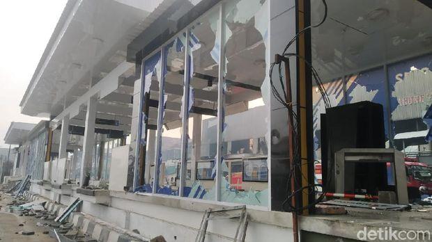 Puing-puing bekas kebakaran di Halte TransJakarta Senen dibersihkan (Wilda/detikcom)