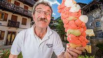 Wow! Pria Ini Pecahkan Rekor Sajikan 125 Skop Es Krim dalam Satu Cone
