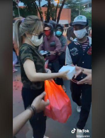 Para Seleb TikTok Ini Turun ke Jalan Bagikan Makanan untuk Pendemo Omnibus Law