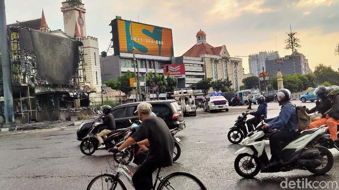 Sisa gas air mata masih terasa di sekitar lokasi demo di Harmoni, Jakarta Pusat