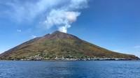 Pulau Stromboli di Sisilia yang populer di kalangan traveler single dewasa pencari cinta. Pulau ini jadi 1 di antara 8 pulau di Kepulauan Aeolian, Italia(Silvia Marchetti/CNN Travel)