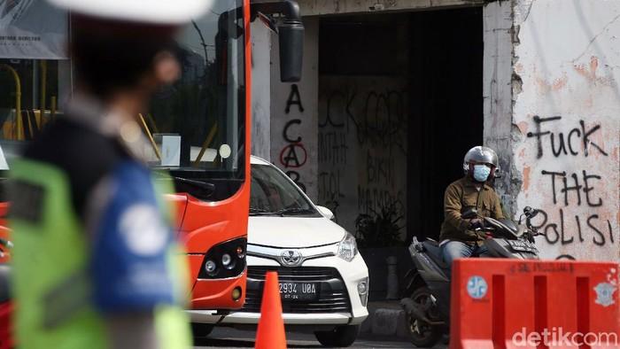 Aktivitas ibu kota berangsur normal usai demo rusuh Kamis (8/10) kemarin. Seperti di terlihat di Jalan Harmoni, Jakarta, Jumat (09/10/2020).