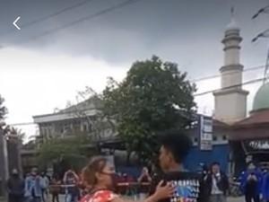 Kocaknya Aksi Emak-emak Berdaster Datangi Anaknya Saat Demo Omnibus Law