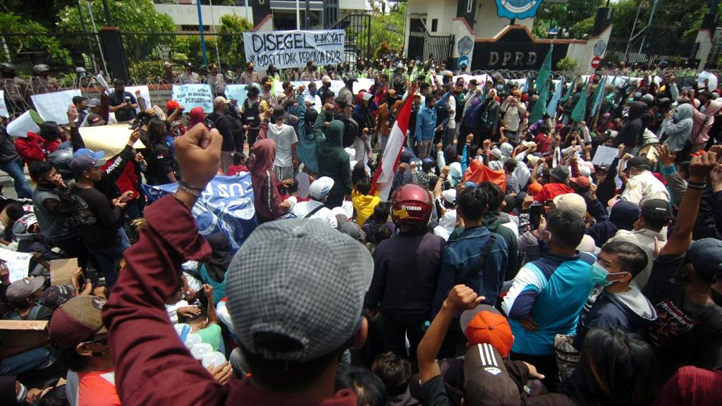 Tolak UU Cipta Kerja, Kantor DPRD Brebes Disegel Rakyat