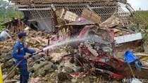 Truk Penuh Muatan Bawang Tabrak Rumah di Magelang, Sopir Terjepit