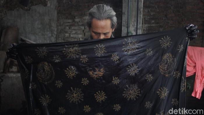 Batik bermotif Corona buatan Bantul, Yogyakarta, diklaim menjadi penanda zaman COVID-19.