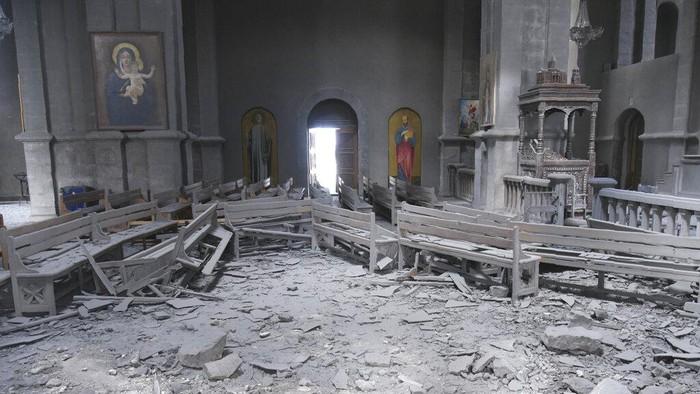 Sebuah gereja bersejarah di Kota Shusha, Nagorno-Karabakh, hancur akibat perang antara Armenia dan Azerbaijan yang masih terus berlanjut.