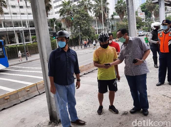 Gubernur DKI Jakarta Anies Baswedan meninjau halte TransJ Bundaran HI yang rusak akibat demo tolak omnibus law.