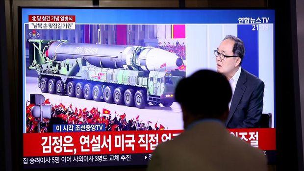 Korea Utara memamerkan rudal balistik raksasa baru di parade militer yang digelar hari ini.